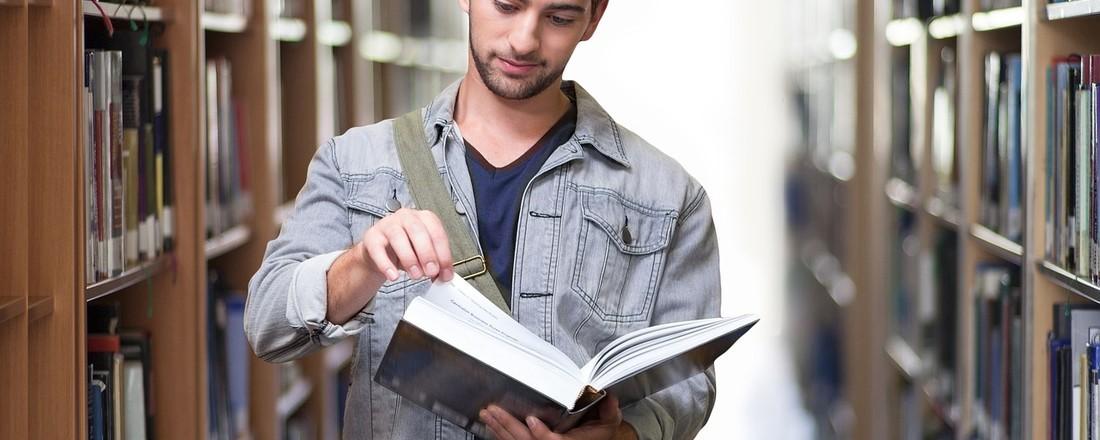 etudiant dans un bibliothèque